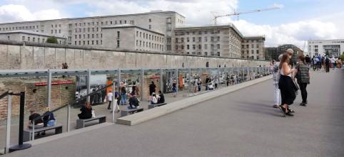Restos del muro frente al ex edificio de la SS.